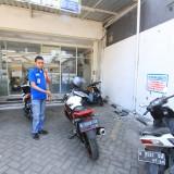 Samsul Arifin wakil kepala Indomart menunjuk parkiran sepeda motor yang hilang tadi malam (Agus Salam/Jatim TIMES)