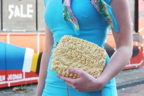 Tas berbentuk kepingan mi instan. (Foto: Etsy @rommydebommy)