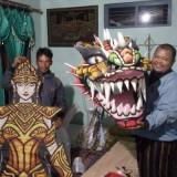 Sunarno (kiri) didampingi Ketua Aliansi  Pembaharuan Desa Agus Kentung menunjukkan layang-layang karakter hasil kreasinya.(Foto : Aunur Rofiq/BlitarTIMES)