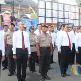 Para anggota yang nampak sikap bersiap dihalaman Polres Malang Kota (Anggara Sudiongko/MalangTimes)
