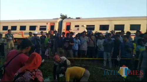 Proses evakuasi korban kecelakaan mobil yang menerobos perlintasan kereta api di Indramayu. (Foto: iNews/Toiskandar)