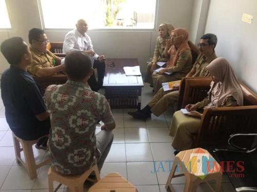 Tim pengaduan yang terdiri dari DPMPTSP Kota Malang dan kepolisian mendatangi kantor cabang toko modern yang mendapat aduan masyarakat (Istimewa).