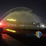 Malam Hari, Kapolda Jatim Semprot Basah 2.708 Polisi di Lapangan