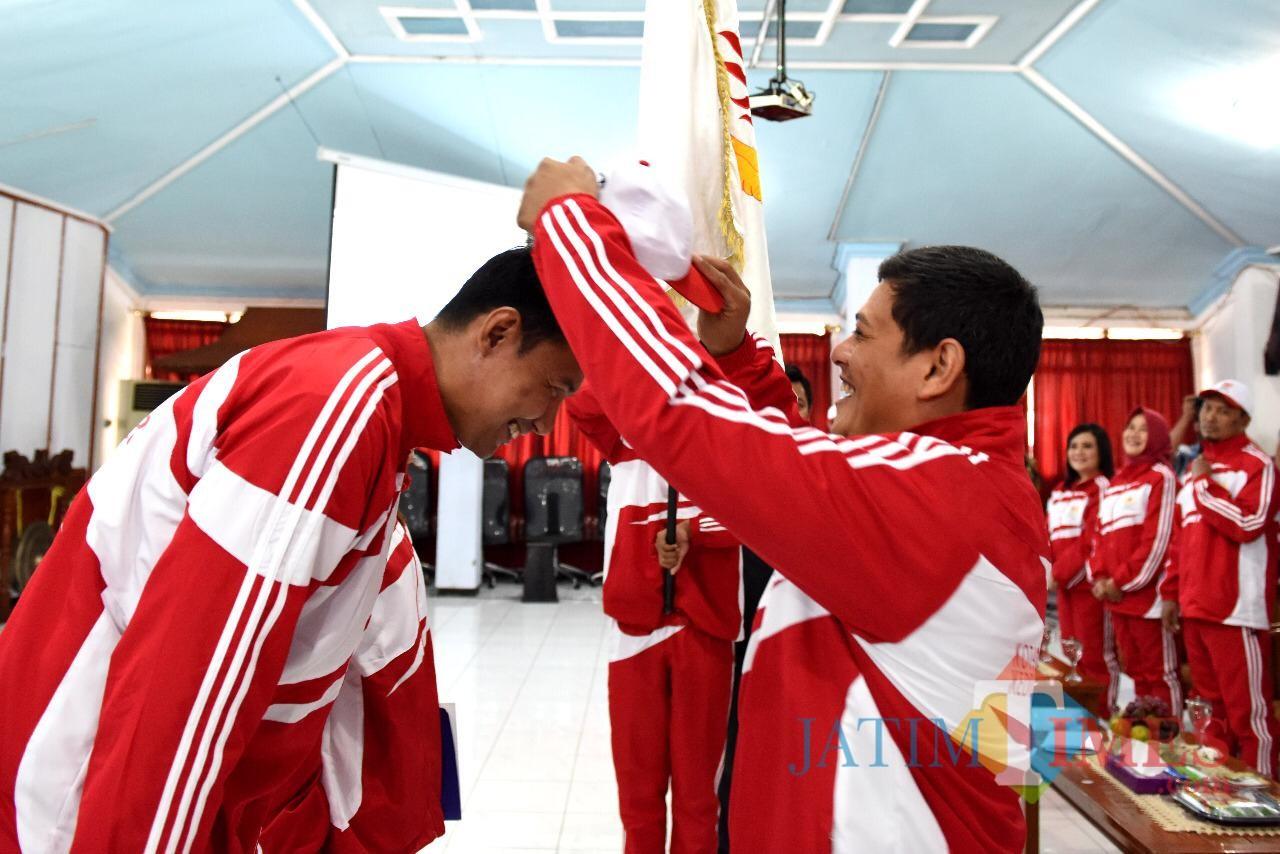 Walikota Kediri Abdullah Abu Bakar saat melepas para atlet yang akan berlaga di Porprov. (eko Arif s /JatimTimes)