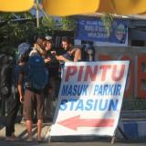 Wisatawan manca negara (Turist) yang hendak ke Bromo menunggu transportasi di depan Stasiun KA Kota Probolinggo  (Agus Salam/JatimTIMES)