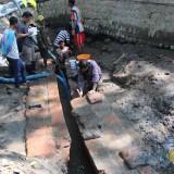BPCB Jatim saat melakukan pengecekan penemuan saluran air yang diduga era Majapahit. (Foto : Adi Rosul/ JombangTIMES)