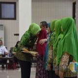 Bupati Jember dr. Hj. Faida MMR saat memberikan pelukan perpisahan kepada janda ASN (foto : Moh. Ali Makrus / JatimTIMES)