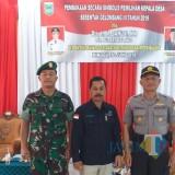 Kepala DPMD Kabupaten Malang Suwadji (tengah) saat meninjau pelaksanaan pilkades di wilayah Kepanjen beberapa waktu lalu bersama muspika. (for MalangTIMES)