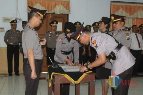 Kapolres Jember AKBP. Kusworo Wibowo SH. SIK. MH saat memimpin sertijab di ruang Rupatama Mapolres Jember (foto : Danu P / JatimTIMES)