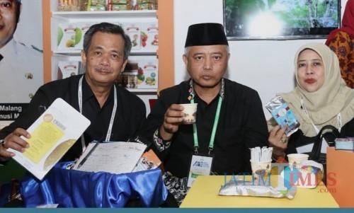 Plt Bupati Malang Sanusi didampingi istri dan Iriantoro Kepala DPMPTSP Kabupaten Malang di APKASI Otonomi Expo 2019 di Jakarta (Humas Pemkab Malang)