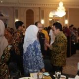 Wali Kota Malang Sutiaji (kenakam batik cokelat keemasan) saat berbincang dengan pimpinan daerah dalam gala dinner Apeksi. (Humas Pemkot Malang for MalangTIMES).