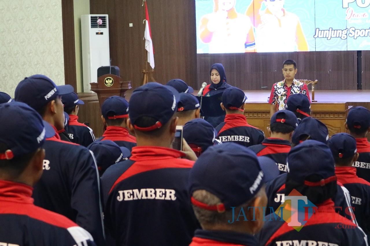 Bupati Jember dr. Hj. Faida MMR saat mengukuhkan atlit Jember yang akan berlaga di Kejuaraan Porprov Jatim 2019 (foto : istimewa / Jatim TIMES)