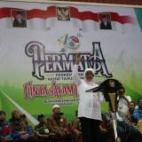 Gubernur Jatim, Khofifah Indar parawansa saat memberikan sambutan di hadapam ribuan peserta Permata CAI di Wonosalam, Jombang. (Foto : Adi Rosul / JombangTIMES)