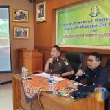 Kepala DPKPCK Kabupaten Malang Wahyu Hidayat (kanan) bersama Kepala Kejari Kepanjen Abdul Qohar saat rapat permohonan pengawalan TP4D dalam pembangunan (Nana)