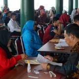 Ribuan mahasiswa calon penerima beasiswa saat mengikuti sesi wawancara di Pendopo Pemkab Jember (foto : Moh. Ali Makrus / JatimTIMES)