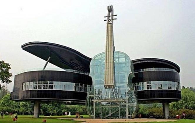 Salah satu bentuk rumah unik biola dan piano. (Foto: Istimewa)