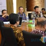 Sekda Kota Kediri Budwi Sunu (tengah) saat memaparkan laporan. (eko Arif s /JatimTimes)