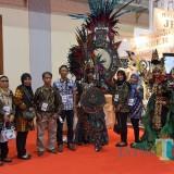 Beberapa pengunjung Apkasi Otonomi Expo saat mengajak foto bersama tallent JFC di stand Pemkab Jember (foto : istimewa / JatimTIMES)
