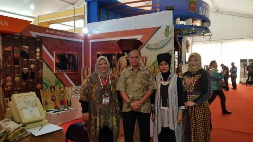 Kepala Disdag Kota Malang, Wahyu Setianto dDua dari kiri) saat memantau stan pameran di Indonesia City Expo Apeksi XIV di Semarang (Disdag for MalangTIMES)