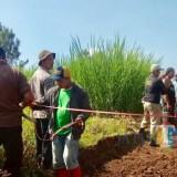 Masyarakat bersama Pemkot Batu saat melakukan pelebaran jalan Desa Pesanggrahan dan Kelurahan Ngaglik, Kecamatan Batu.