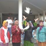 Untung Hermawan melepaskan sepasang merpati usai mendaftarkan sebagai bakal calon Kepala Desa Gintangan