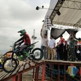 Wakapolres Situbondo pegang bendera saat melepas peserta trial game. (Foto Heru Hartanto/Situbondo TIMES)