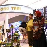 Wali Kota Batu Dewanti Rumpoko saat meninjau stand milik Pemkot Batu�di�Indonesia City Expo 2019 di Semarang. (Foto: istimewa)