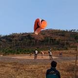 Salah satu peserta saat landing di Bukit Glodagan, Desa Trantang, Kecamatan Kerek, Tuban. (Foto: istimewa)