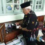 Salah seorang guru MAN 3 Jombang saat menunjukkan handphone rampasan yang belum dimusnahkan. (Foto : Adi Rosul / JombangTIMES)