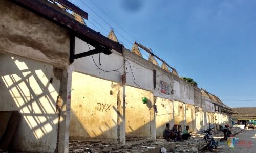 20 kios yang sudah dibongkar atapnya di Pasar Sayur Kota Batu. (Foto: Irsya Richa/MalangTIMES)