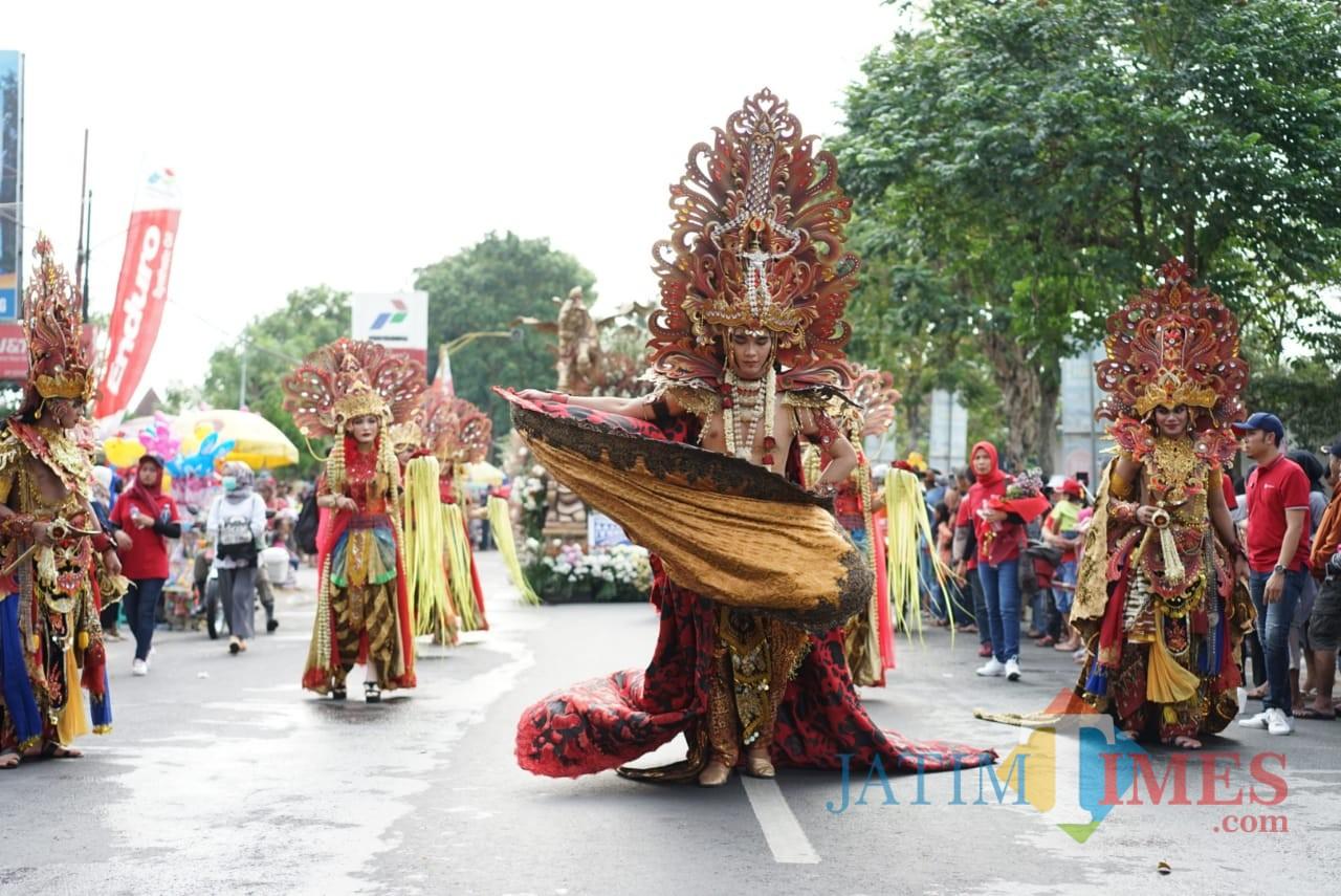 Beberapa peserta menampilkan tarian dalam pekan Budaya dan Pariwisata Kabupaten Kediri. (eko Arif s /JatimTimes)