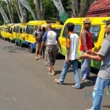 Belasan angkot diparkir di jalan raya Panglima Sudirman, depan rumah dinas Wali Kota Probolinggo (Agus Salam/Jatim TIMES)