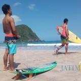 Dua peserta dari Jogjakarta bersiap bertarung dengan ombak di Pulau Merah.