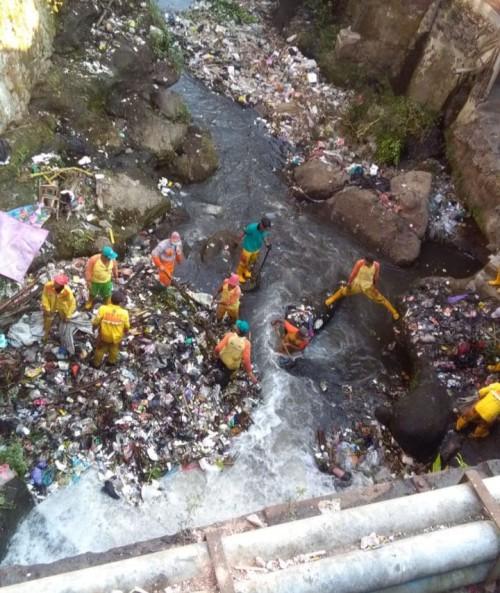 Ilustrasi petugas DLH saat melakukan pembersihan sampah di sungai (Foto: Istimewa)