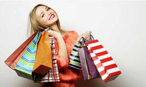 Ilustrasi wanita dengan banyak barang belanja.(istimewa)