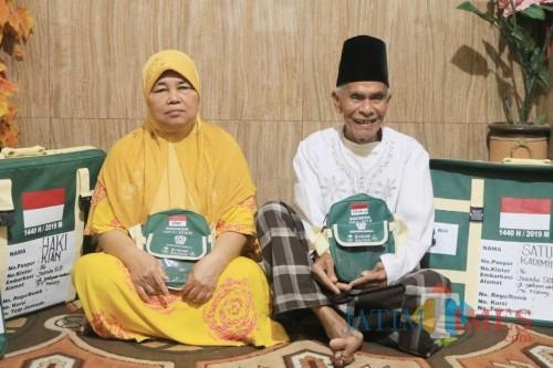 Kakek Haki (kanan) didampingi istrinya Satuni saat menunjukkan persiapannya untuk berangkat Haji (Arifina Cahyanti Firdausi/MalangTIMES)