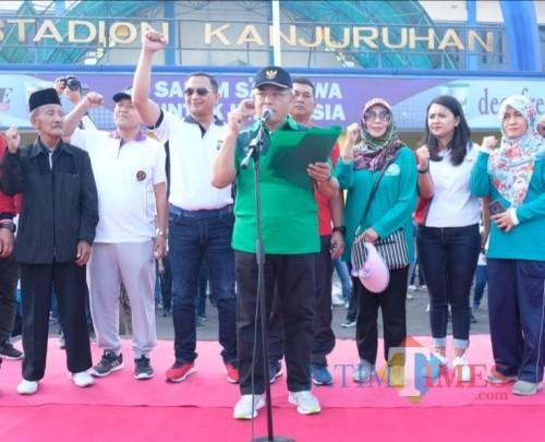 Plt Bupati Malang Sanusi saat membuka acara germas dalam HUT Ke-73 Bhayangkara  di Stadion Kanjuruhan. (Nana)