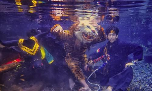 kesenian bantengan saat sesi foto underwater di Sumber Gemulo, Desa Bulukerto, Kecamatan Bumiaji. (Foto: istimewa)
