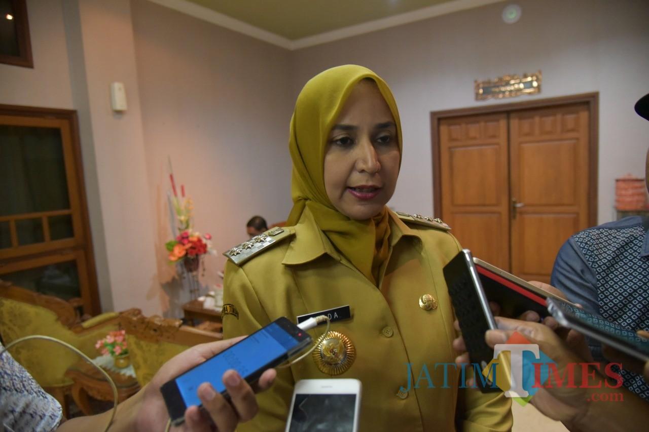 Bupati Jember dr. Hj. Faida MMR saat diwawancarai sejumlah wartawan (foto: doc / JatimTIMES)