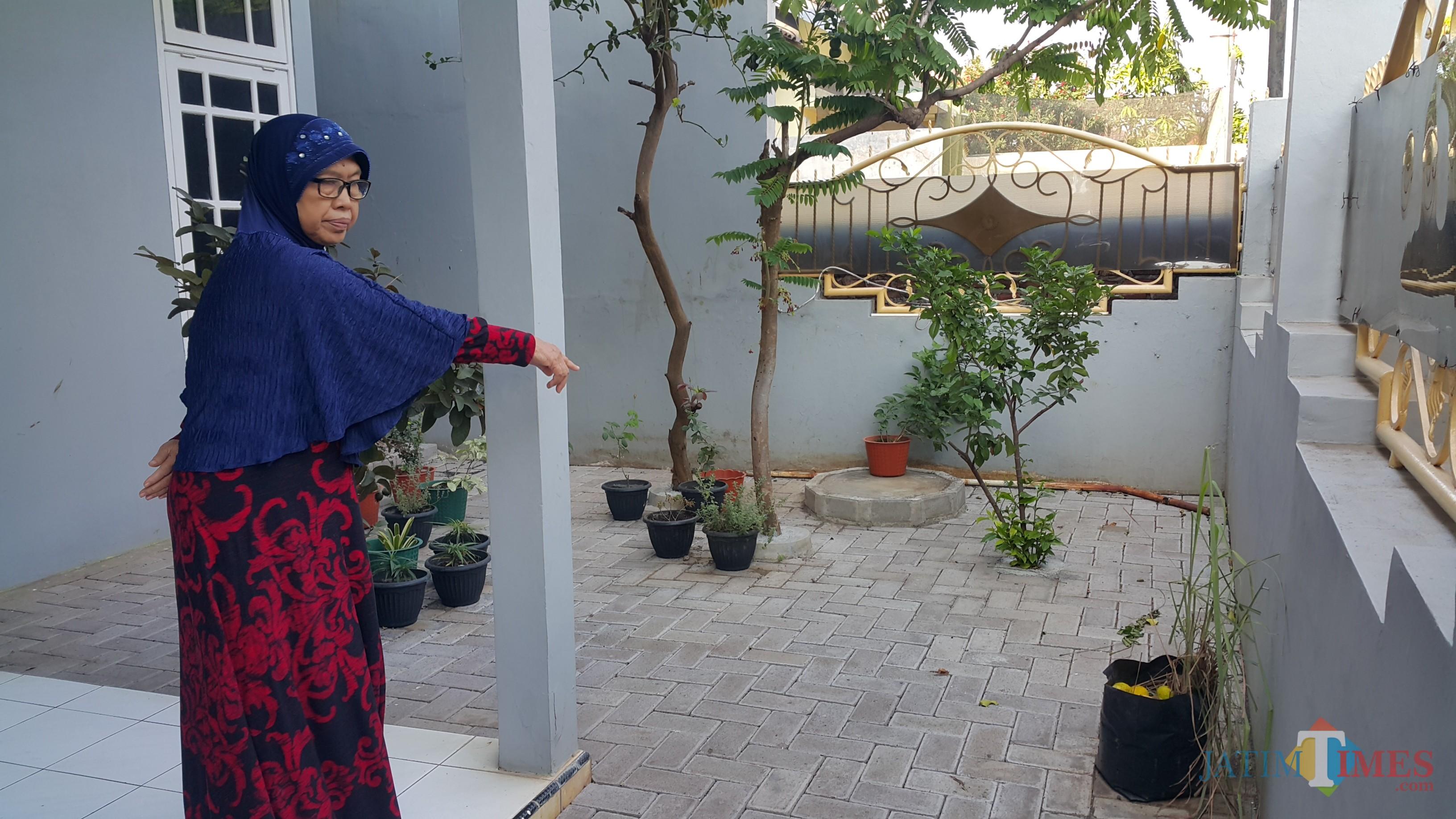 Erli menunjuk tempat kendaraannya yang hilang diparkir di depan rumahnya i(Agus Salam/Jatim TIMES)
