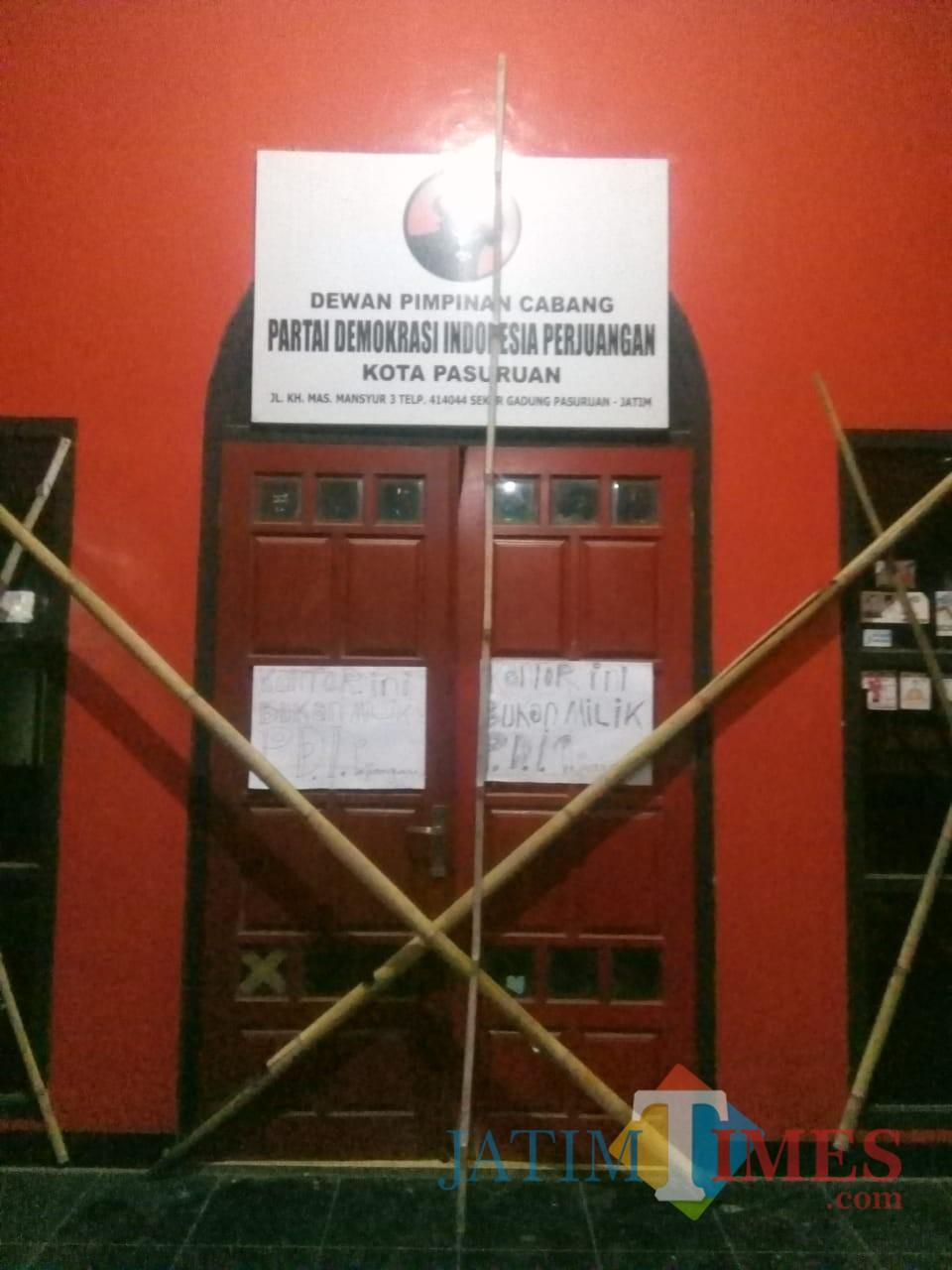 Kantor PDIP Kota Pasuruan disegel massa.