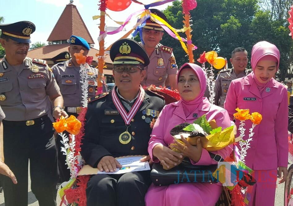 Kapolres Banyuwangi AKBP Taufik HZ mengayuh becak untuk mengantar anggota yang memasuki masa pensiun