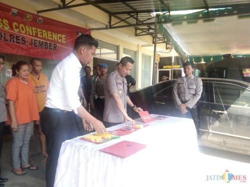 Kapolres Jember saat akan menggelar press rilis dengan kedua pelaku di belakang Kapolres (foto : Moh. Ali Makrus / JatimTIMES)