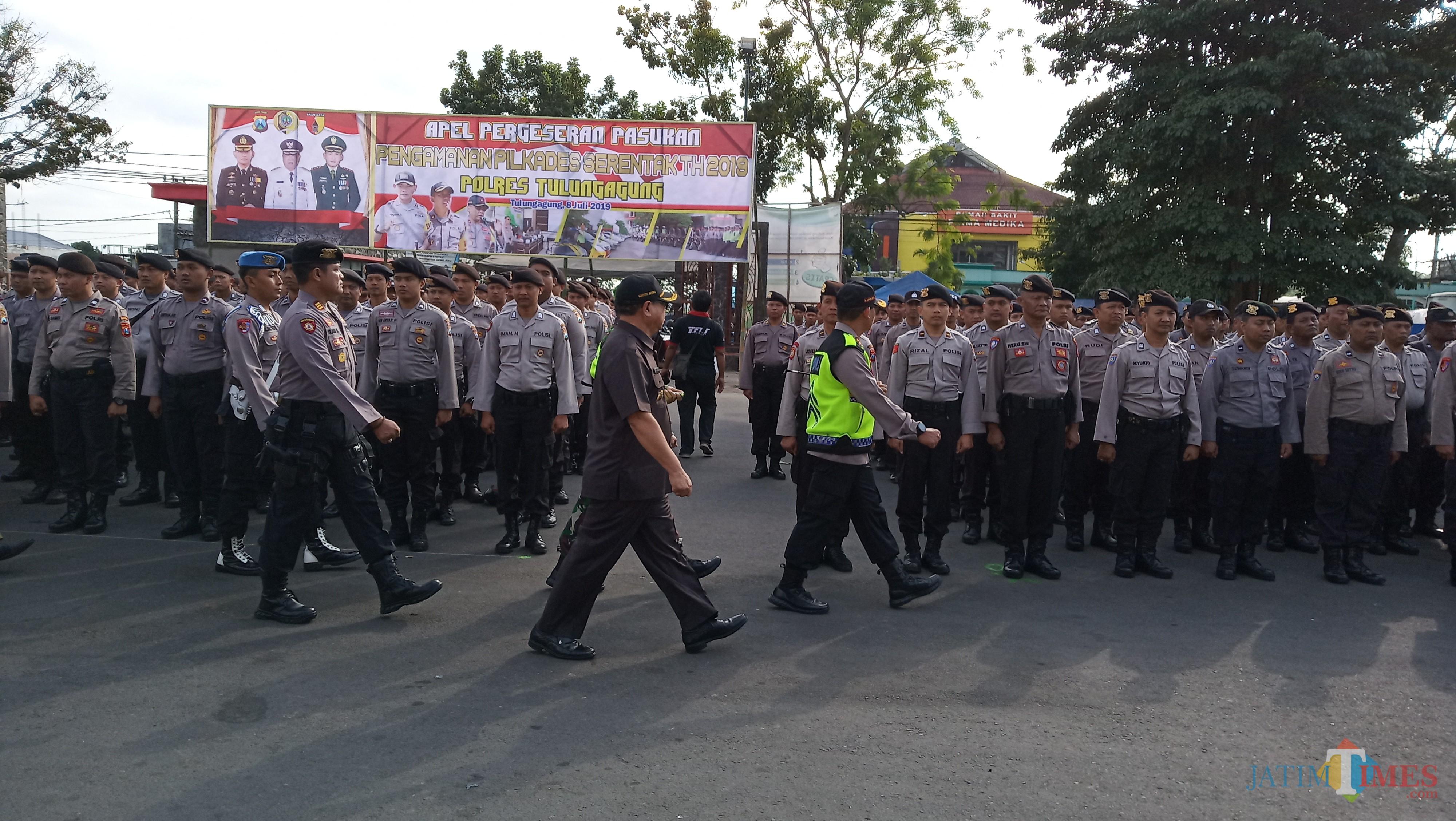 Kapolres,  Plt Bupati dan Dandim memeriksa kesiapan pasukan pengamanan Pilkades (foto : Joko Pramono/JatimTIMES)
