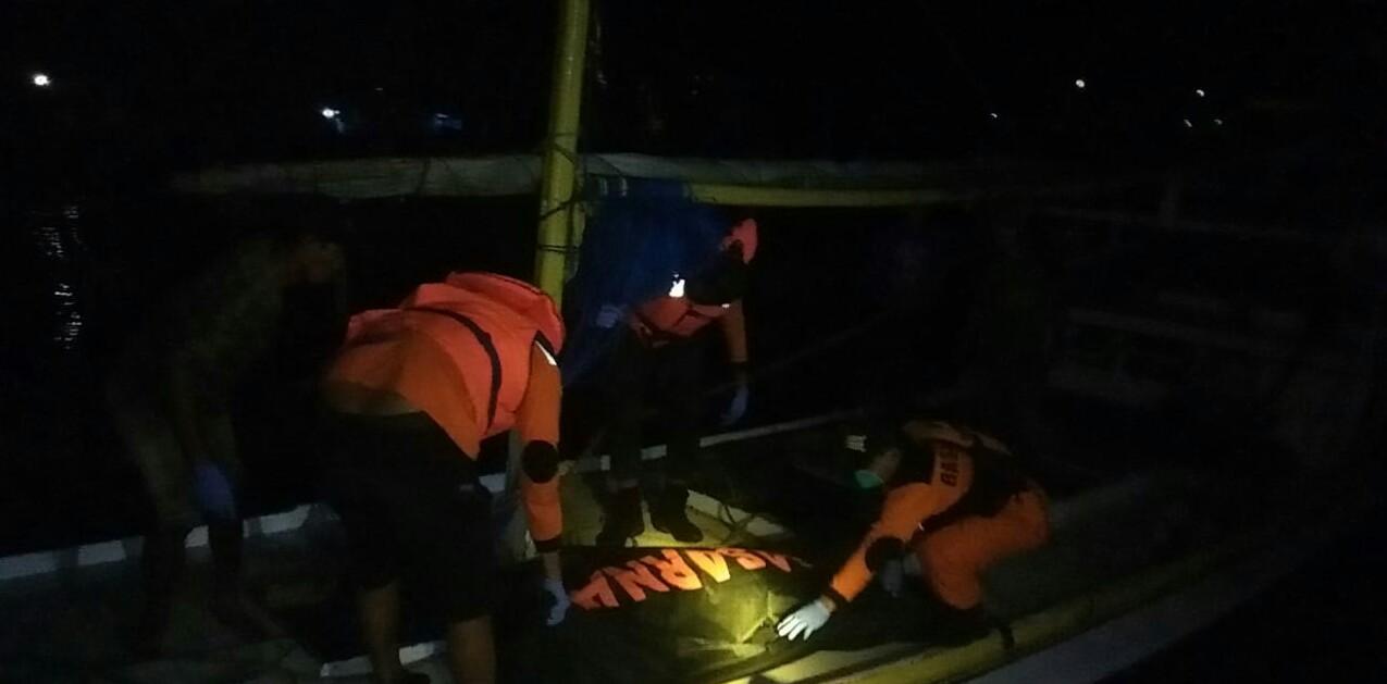 Proses evakuasi mayat Junaidi oleh tim SAR Gabungan