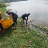 Tim inafis Polres Jombang saat melakukan proses evakuasi mayat di bibir Sungai Brantas, Desa/Kecamatan Kesamben, Jombang (Istimewa)