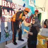Wabup Lumajang memberikan ucapan selamat kepada atlit menyelam Lumajang yang berhasil pecahkan rekor (Foto : Moch. R. Abdul Fatah / Jatim TIMES)