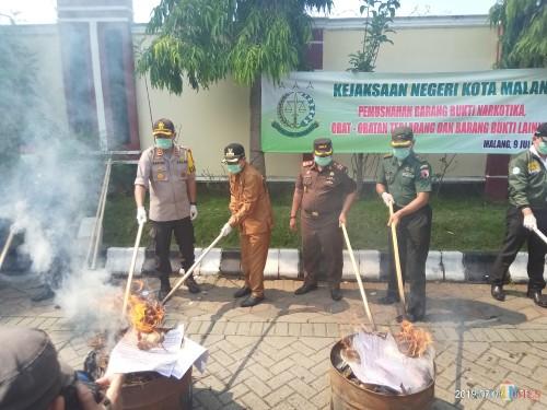 Forkopimda saat melakukan pemusnaan barang bukti di Kejaksaan Negeri Kota Malang (Anggara Sudiongko/MalangTimes)