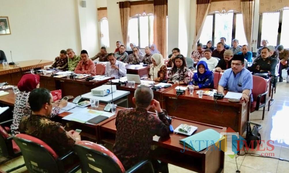 Guru SMP swasta saat memberikan usulannya kepada anggota DPRD Kota Batu di gedungDPRD Kota Batu, Selasa (9/7/2019). (Foto: Irsya Richa/MalangTIMES)