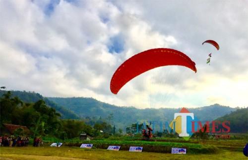 Landing paralayang di lapangan Songgomaruto di Kelurahan Songgokerto, Kecamatan Batu. (Foto: Irsya Richa/MalangTIMES)